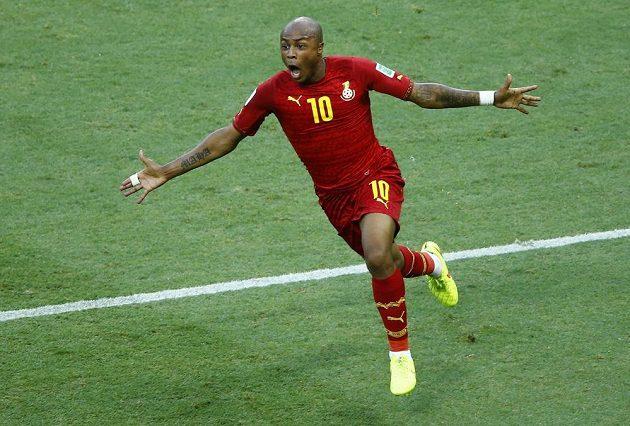 Ghaňan André Ayew oslavuje svou vyrovnávací trefu v zápase proti silnému Německu.