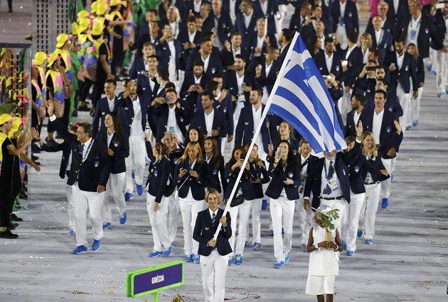Nástup sportovců při slavnostním zahájení, defilé výprav tradičně zahájili Řekové. Vpředu s vlajkou jachtařka Sofia Bekatorouová.