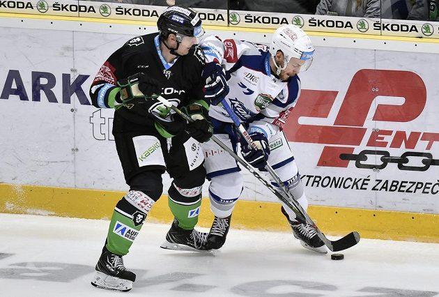Zleva Lukáš Pabiška z Mladé Boleslavi bojuje o puk s Janem Štencelem z Brna v nedělním utkání 16.kola extraligy.