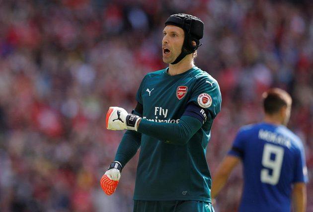 Petr Čech jásá poté, co Álvaro Morata z Chelsea při penaltovém rozstřelu chybil.