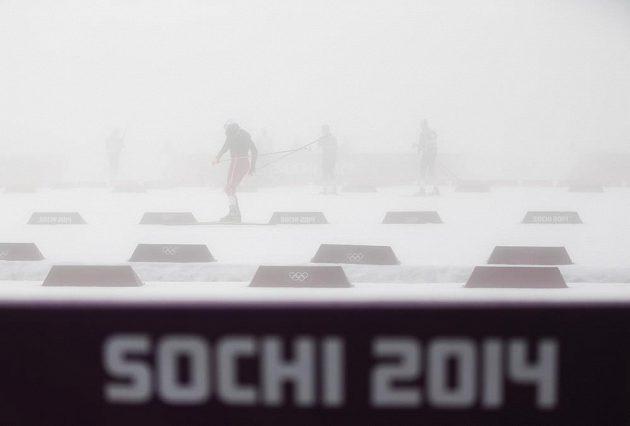 Biatlonisté zkoušeli, zda dohlédnou skrz mlhu na terče.