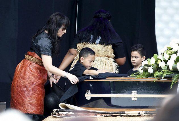 Nadine Lomu se syny Brayleym (vpravo) a Dhyreillem na pohřbu svého manžela Jonaha, ragbyové legendy.