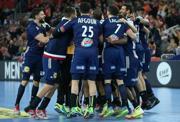 Házenkáři Francie oslavují získ bronzových medailí na ME v Chorvatsku.
