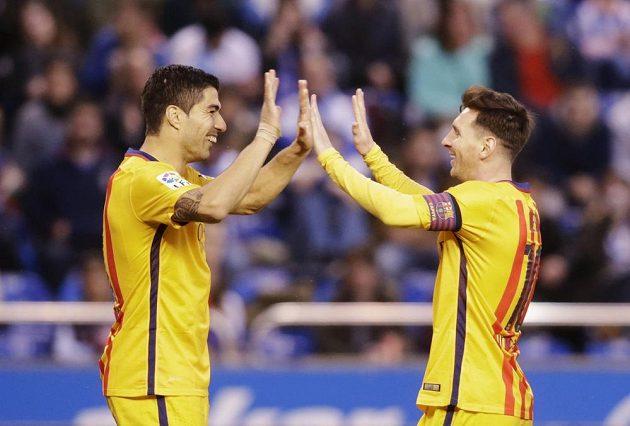 Útočník Barcelony Luis Suárez slaví se spoluhráčem Lionelem Messim gól na hřišti La Coruni.