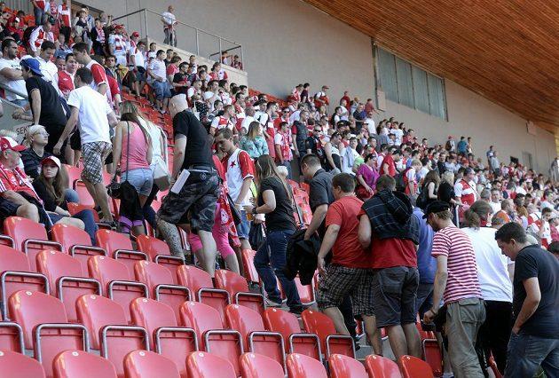 Fanoušci Slavie na protest odcházejí z hlediště při utkání se Slováckem.