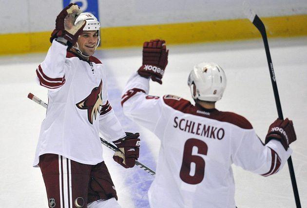 Český obránce Rostislav Klesla (vlevo) slaví svůj letošní první gól v NHL.