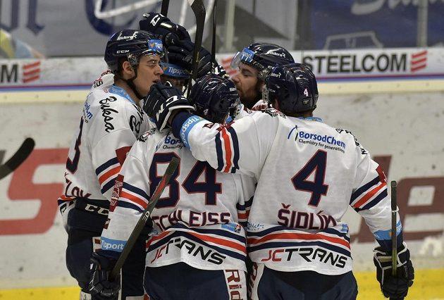 Hokejisté Vítkovic se radují z gólu v utkání předkola play off proti Spartě.