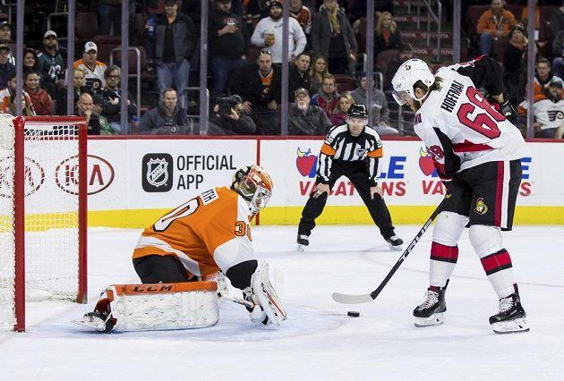 Gólman Philadelphie Flyers Michal Neuvirth čelí nájezdu Mika Hoffmana z Ottawy.
