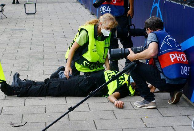 Pořadatelka zasažená střelou Cristiana Ronalda.