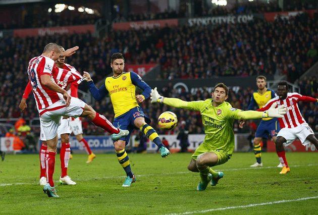 Irský záložník Jonathan Walters ze Stoke City střílí gól brankáři Arsenalu Damiánovi Martinezovi.