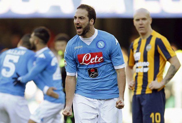 Útočník Neapole Gonzalo Higuaín se raduje z gólu, který vstřelil Veroně.
