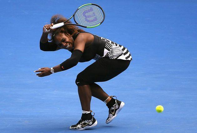 Serena Williamsová během osmifinále Australian Open s Barborou Strýcovou.