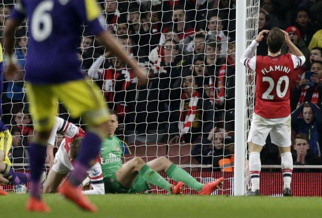 Záložník Arsenalu Mathieu Flamini se chytá za hlavu, v poslední minutě duelu se Swansea si dal vlastní gól.
