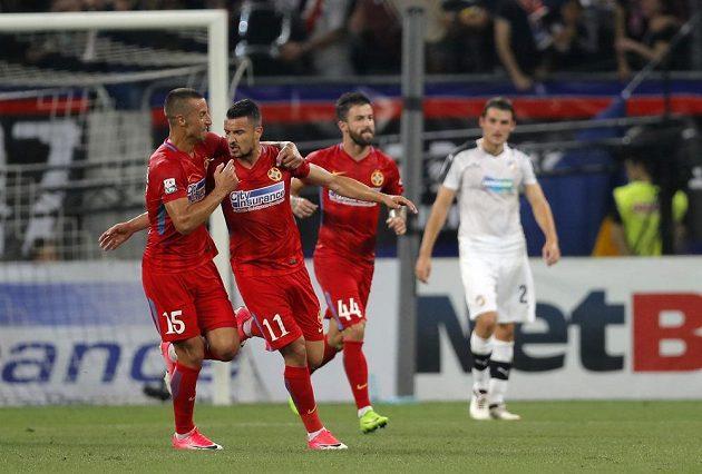 Constantin Budescu (11) se raduje po gólu proti Plzni.