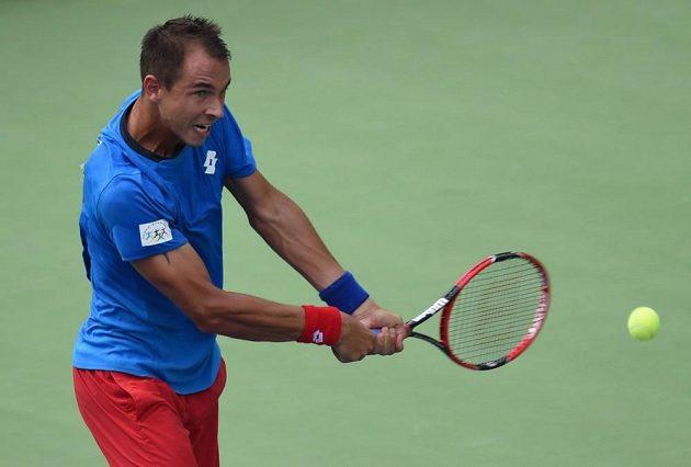 Lukáš Rosol v úvodním zápase baráže Davis Cupu proti Indovi Yukimu Bhambrimu.