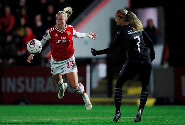 Beth Meadová (vlevo) z Arsenalu a Simona Necidová ze Slavie.