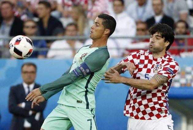 Portugalec Cristiano Ronaldo (vlevo) bráněný Chorvatem Vedranem Čorlukou.