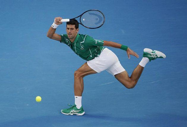 Srb Novak Djokovič v akci při duelu s Rogerem Federerem ze Švýcarska.