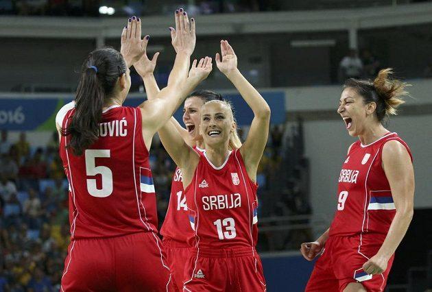 Srbské basketbalistky Sonja Petrovičová (vlevo), Ana Daboviová a Jelena Milovanovičová se radují z bronzu.