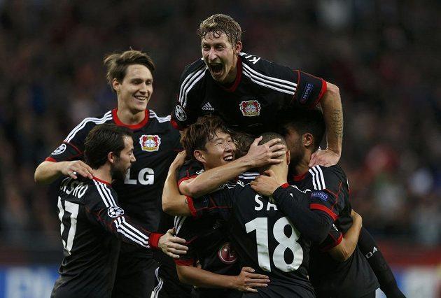 Hráči Bayeru Leverkusen se radují z gólu do sítě Šachtaru Doněck.