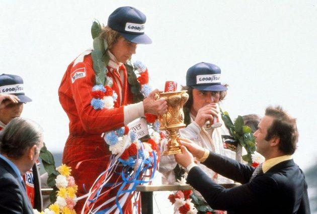 Nejrychlejší muži Velké ceny Británie v roce 1976. Uprostřed vítězný James Hunt, vlevo Niki Lauda, vpravo Jody Scheckter. Hunt byl později diskvalifikován kvůli incidentu na startu a vítězem závodu se stal Lauda.