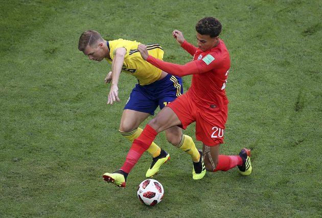 Švéd Emil Krafth bojuje o míč s Delem Allim z Anglie.