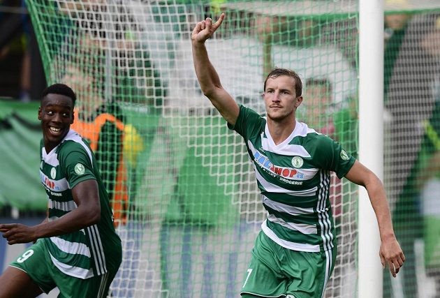 Autor třetího gólu Bohemians Petr Hronek se raduje, vlevo je jeho spoluhráč Ibrahim Keita.