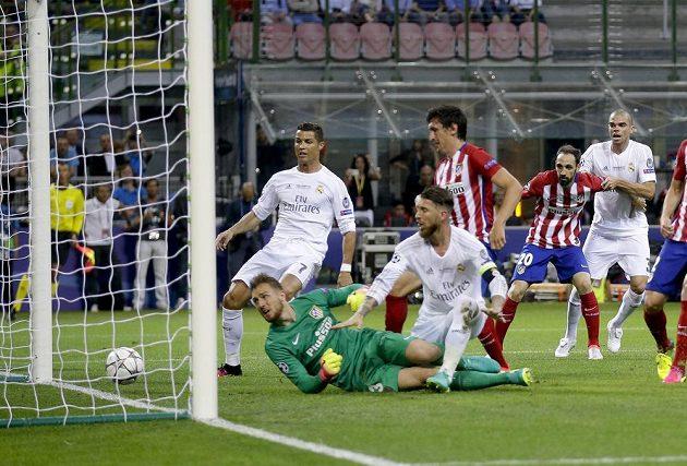 Sergio Ramos z Realu Madrid (uprostřed) otevírá skóre finále Ligy mistrů.