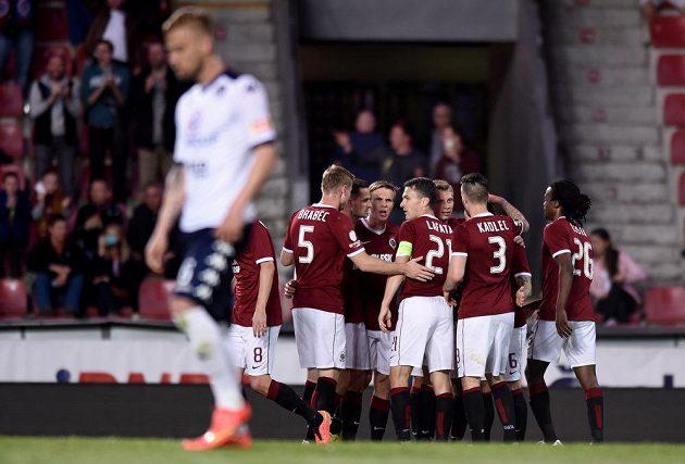 Fotbalisté Sparty Praha oslavují třetí gól do sítě Slovácka.