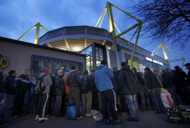 Fanoušci Dortmundu čekali před stadiónem Signal Iduna Park dlouhé hodiny na vytoužený semifinálový lístek proti Realu Madrid.
