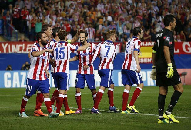 Fotbalisté Atlétika Madrid oslavují gól proti Juventusu Turín v zápase Ligy mistrů.