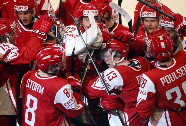 Hokejisté Dánska se radují z vítězství nad Slovinskem. S číslem 13 autor rozhodujícího gólu Morten Green.