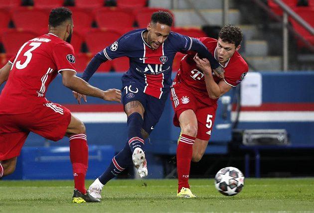 Fotbalista Bayernu Eric Maxim Choupo-Moting (vlevo) sleduje počínání Neymara z PSG během utkání Ligy mistrů.