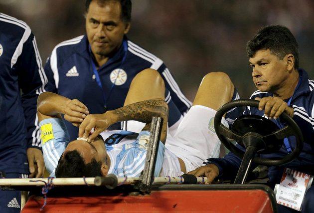 Zakrvácený Carlos Tévez opouští hrací plochu v Asunciónu na vozítku. Má přeražený nos.