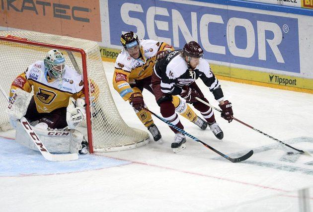 Alexander Prince Reichenberg ze Sparty se snaží zaskočit jihlavského gólmana Larse Voldena.