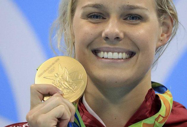 Dánská plavkyně Pernille Blumeová se zlatou olympijskou medailí.