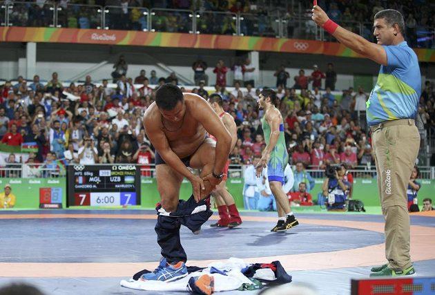 Mandakhnaran Ganzorig prohrál, rozhodčí rozčílili mongolské trenéry, kteří se na prostest začali svlékat.