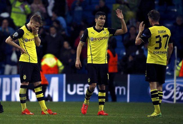 Hráči Dortmundu zleva Marco Reus, Jonas Hofmann a Erik Durm po prohře 0:3 na Santiago Bernabéu věděli, že šance Borussie na postup do semifinále Ligy mistrů jsou mizivé.
