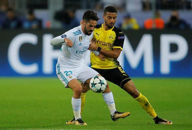 Isco (vlevo) z Realu Madrid v souboji s Jeremym Toljanem z Dortmundu.