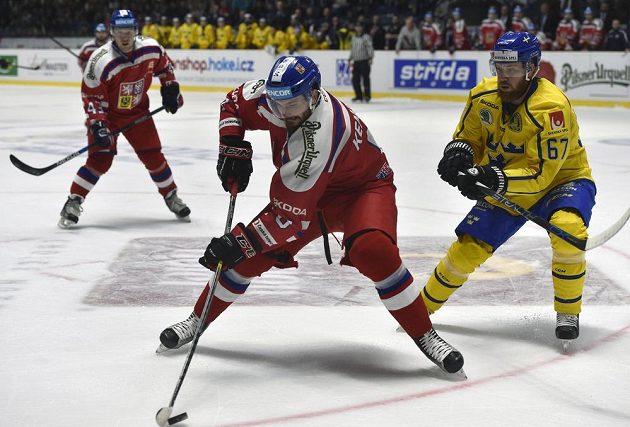 Linus Omark ze Švédska (vpravo) stíhá Michala Kempného.