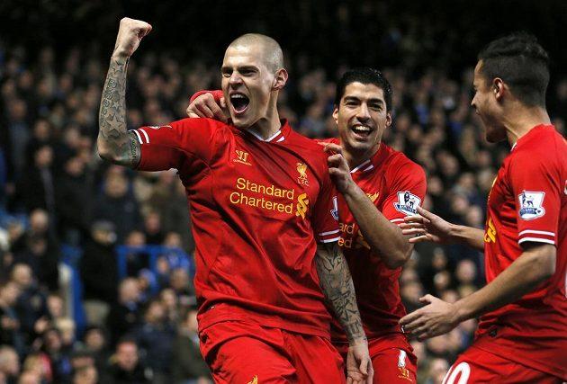 Obránce Liverpoolu Martin Škrtel (vlevo) a útočník Luis Suárez se radují z gólu proti Chelsea.