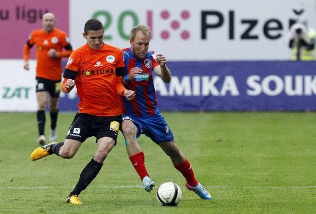 Daniel Kolář z FC Viktoria Plzeň (v modro-červeném) a David Pavelka z FC Slovan Liberec v zápase 29. kola Gambrinus ligy.