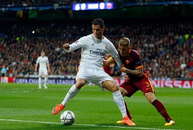 Cristiano Ronaldo bojuje o míč s Lucasem Dignem (vpravo) z AS Řím.
