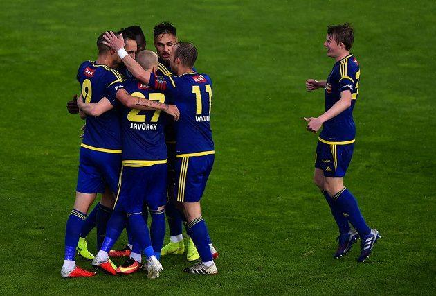 Radost jihlavských hráčů z prvního gólu v odvetném utkání baráže o účast v první fotbalové lize.