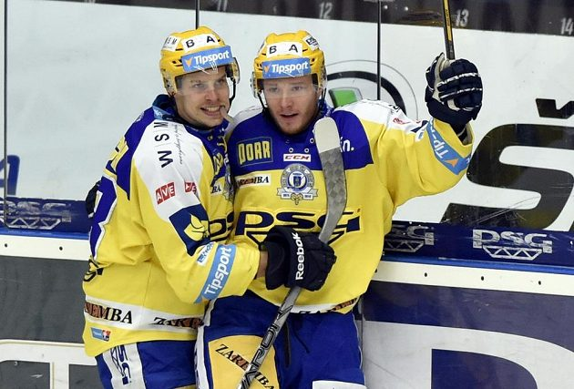 Hokejisté Zlína Roman Vlach (vlevo) a Daniel Štumpf ze Zlína se radují z gólu.