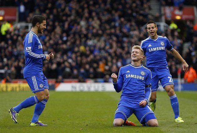 André Schürrle (druhý zprava) se raduje se spoluhráči z Chelsea z branky do sítě Stoke City.