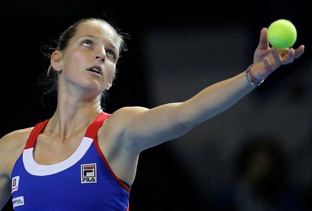 Karolína Plíšková podává při utkání s Kristinou Mladenovicovou.