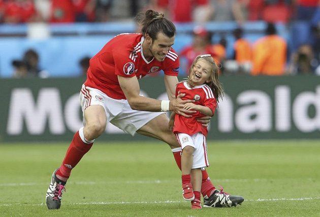 Gareth Bale s dcerkou Albou Violet slaví na hřišti výhru v osmifinálovém duelu ME nad Severním Irskem.