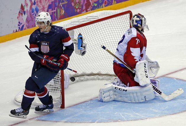Americký útočník T.J. Oshie (vlevo) překonává v samostatných nájezdech ruského brankáře Sergeje Bobrovského.