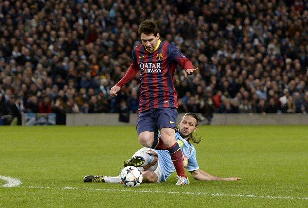 Důležitý moment úvodního osmifinále Ligy mistrů: Martin Demichelis z Manchesteru City ve skluzu fauluje Lionela Messiho. Z nařízené penalty pak hvězda Barcelony otevřela skóre.